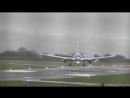 Boeing 757 авиакомпании TUI садится в аэропорту Бристоля Англия при мощных порывах ветра