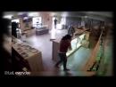 Сотрудник магазина марихуаны отбился от грабителей кальяном