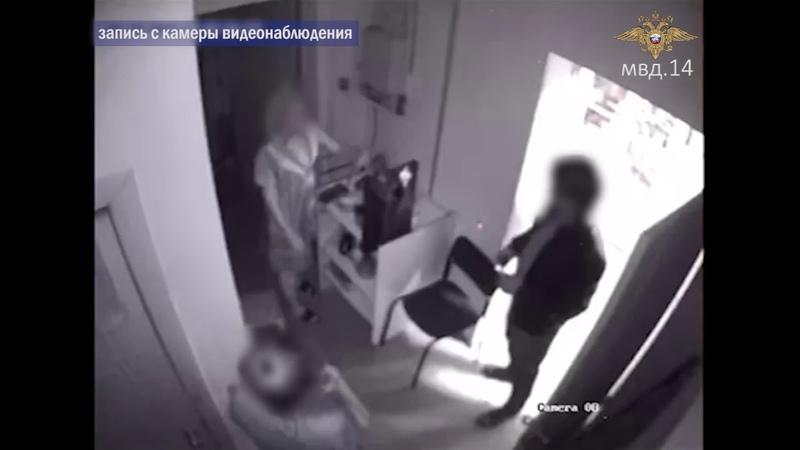 Вооруженный ножом мужчина похитил две бутылки пива из магазина в Якутске