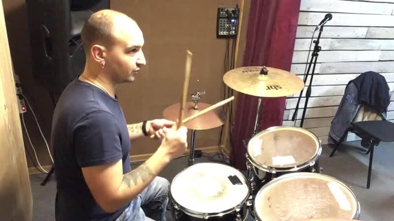 Уроки на барабанах. Развитие контроля восьмых нот в бас барабане.