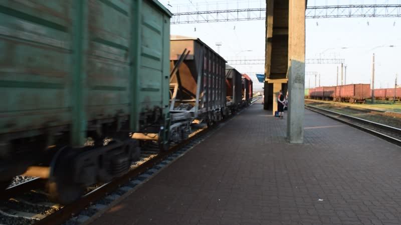 Б-002 ЧМЭ3 с грузовым поездом проходят по станции Барановичи-Центральные