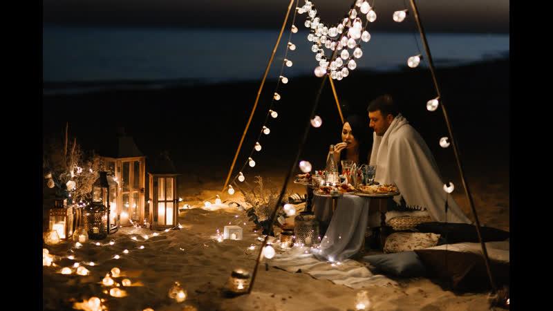 Романтический ужин на пляже, под звуки саксофона.