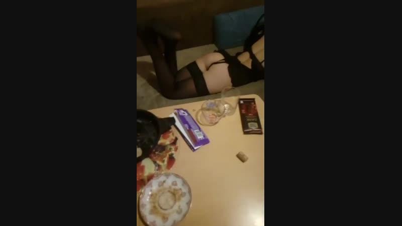 Мужик показывает свою бабу в эротичном белье перископ periscope