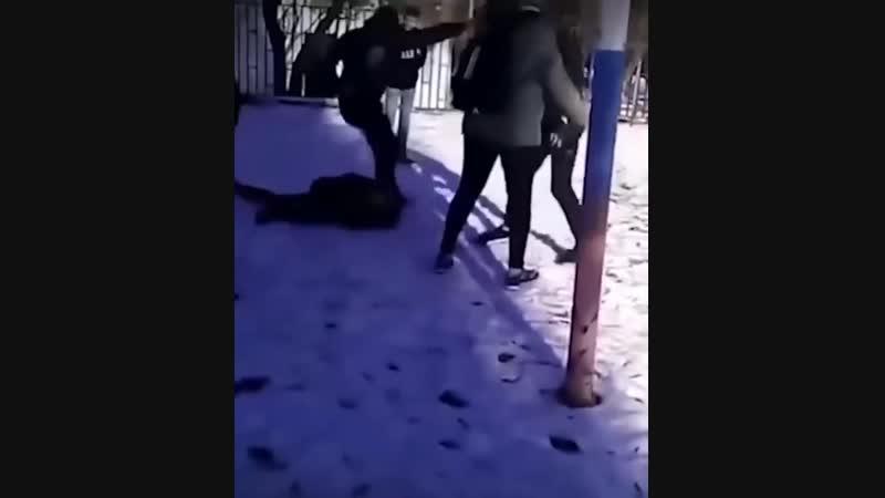 18 Школьники жестоко избивают новенького из-за одежды