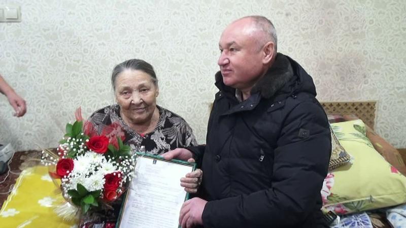 Вручение сертификата на приобретение жилья вдове участника ВОВ Т.М. Хаустовой