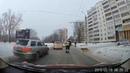Сотрудник ГИБДД перевел хромую собаку через дорогу