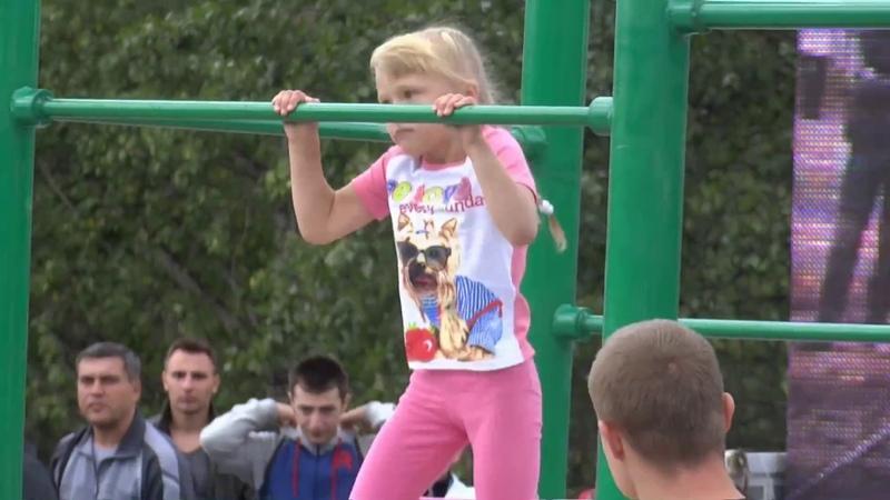 6 years old Workout Girl   Девочка 6 лет занимается воркаутом с отцом - Настя Холод