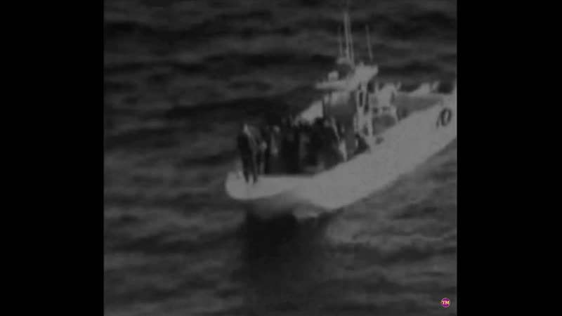 Иранцы якобы снимают неразорвавшуюся мину с танкера - заявляет Пентагон.