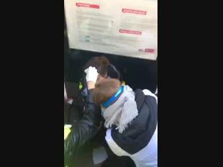 Une jeune fille reçoit un tir de flash-ball dans la tête....mp4