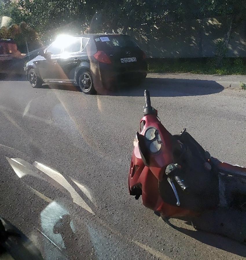В Таганроге на улице Энергетической несовершеннолетний скутерист угодил под колеса «Лифана»