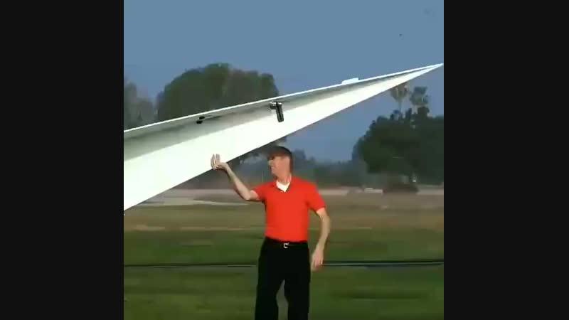 гигантский бумажный самолётик