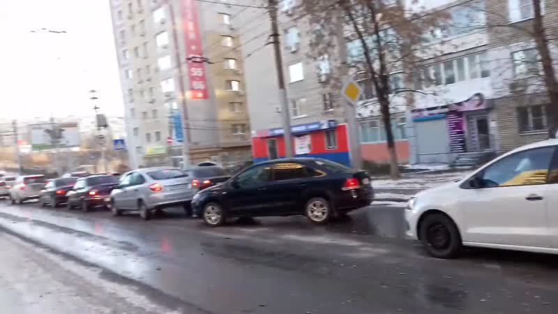 На мосту Саратов — Энгельс столкнулись две машины- образовались огромные пробки