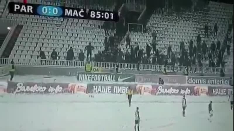 Фанаты Партизана закидали снежками арбитра на бровке