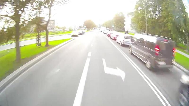 в Таллинне робот-курьер чуть не оказался под колесами спешащей на вызов пожарной машины