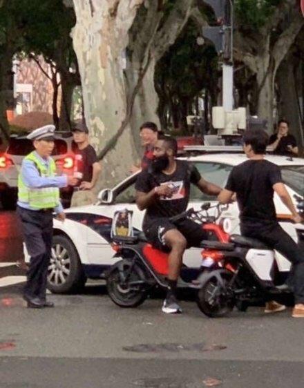 Китайский полицейский остановил Хардена, который катался на электробайке
