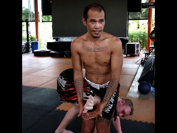 Kru Oh teaches Hak Salak Pet (standing armbar)