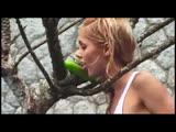 Девушка лижет огурец 🍓 Сексуальное видео
