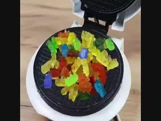 Что будет, если положить это в вафельницу?