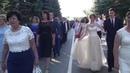 ВЫПУСКНОЙ 2017 - выпускники проходят от школы к дому культуры по улице. Беляевка 2017