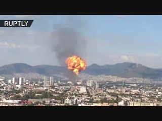 Огненный шар над горящей алкогольной фабрикой в Мехико