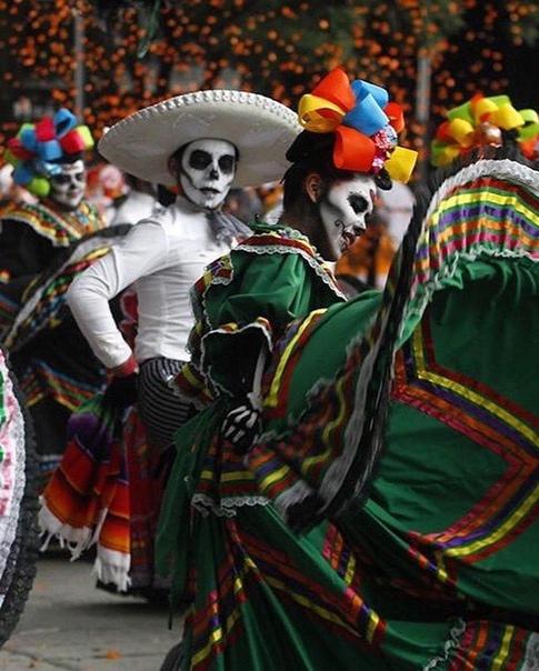 День мертвых в Мексике: как празднуют Dia de los Muertos В преддверии торжества в Мексике прошел парад «День мертвых» — в этом году он посвящен мигрантам, которые погибли при путешествии в