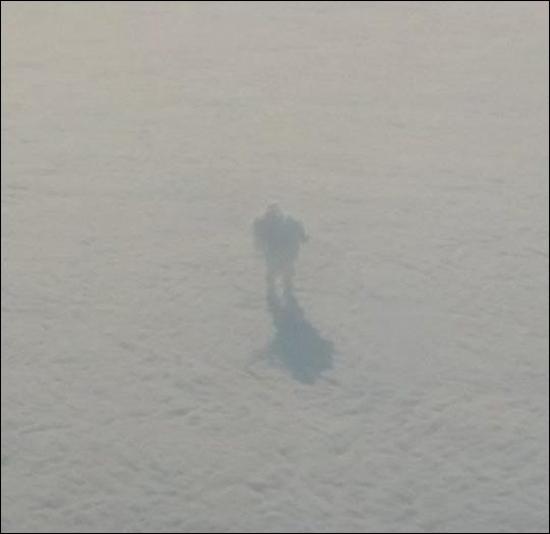 «Иисуса Христа» на прогулке по облакам засняли из окна самолета: фото + видео