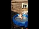 Девочки играют в басейне