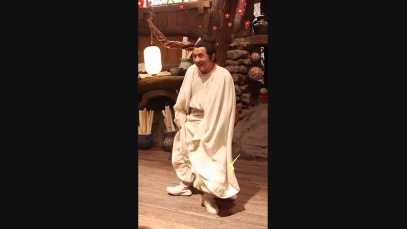 不仅有十八般武艺附体,大哥@成龙 的舞艺也十分了得!