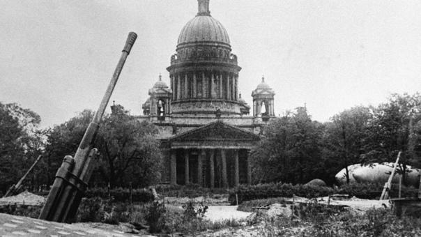 ИСААКИЕВСКИЙ СОБОР В ГОДЫ БЛОКАДЫ В июле 1941 года уже стало понятно, что вскоре настанут страшные времена грядет блокада Ленинграда. В связи с этим возникла необходимость срочно решить