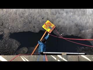 Студенты из Петербурга достали со льда картину, спустившись за ней на верёвке [NR]