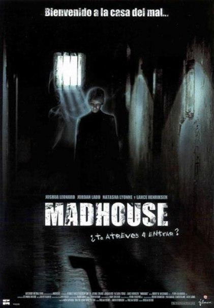 Фильм Дом страха (2004) Молодой и энергичный врач приезжает на практику в полузаброшенную психиатрическую клинику, которую вскоре потрясают два зверских убийства. Во сне он видит призрак