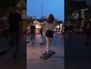 Девушка красиво катается на скейтборде