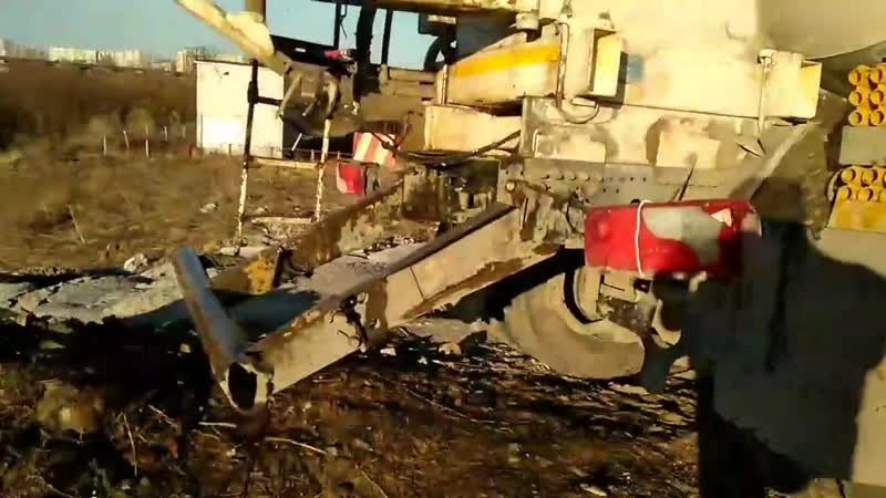 Бетономешалка СУОРА сливает отходы и грязную воду за домами дем 2к2