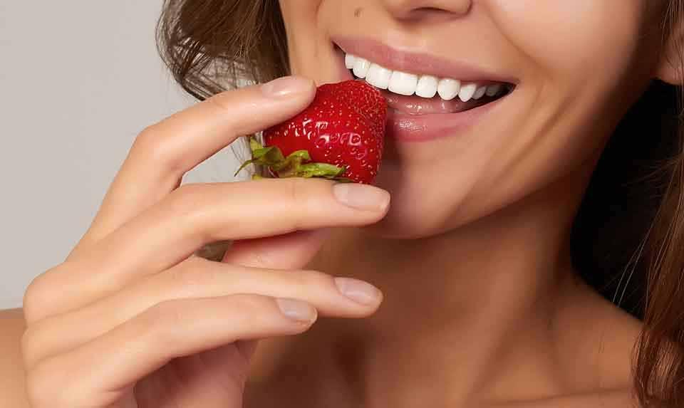 Смесь клубники и пищевой соды, применяемой к зубам, может обеспечить отбеливание.