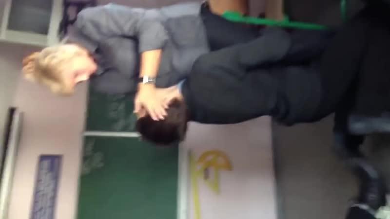 Лапает учительницу