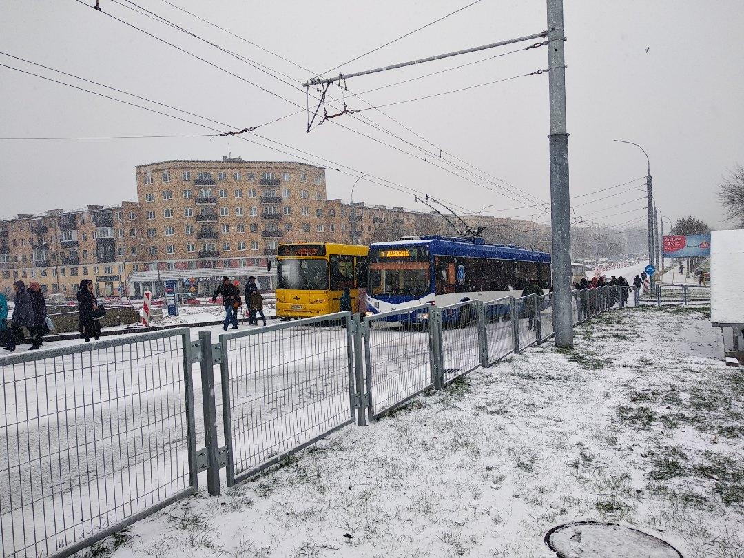 """Беда-беда... Теперь так будет всегда? Как Кобринский мост """"встал"""" из-за первого снега в Бресте"""