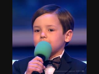 Мальчик со сцены шутит с президентом