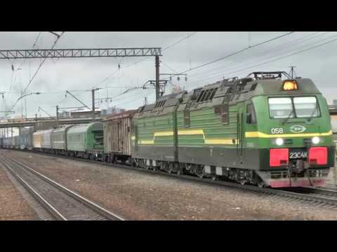 Электровоз 2ЭС4к-058 с грузовыми и старыми пассажирскими вагонами