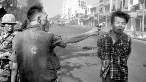 Страшная история Казни в Сайгоне Автор этой фотографии-фотокорреспондент Эдди Адамс позже скажет: Фотография – это самое мощное оружие на свете. А все дело в том, что сняв этот кадр в 1968