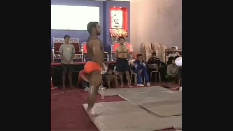 インドの伝統スポーツMALKHAMB - 恐らく世界最高峰のポールダンサー -