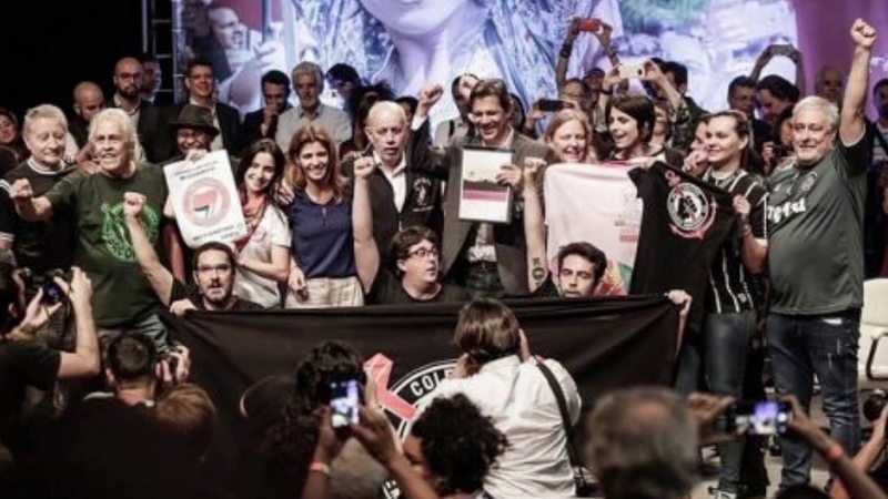Gleisi comenta início da virada e torcidas organizadas de futebol mandam apoio a Haddad