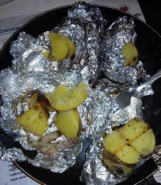 Готовую картошку едим руками, кто не любит сало - не проблема, найдется тот, кто его любит. Опять же по вкусу можно добавить сванскую соль, соусы, майонез, кетчуп. В Крыму по сезону можно еще и виноградную улитку запечь, или у моря мидии. Тут уже простор для фантазии огромный. Но базовая еда хороша и в таком простом виде.