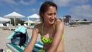 На одесском пляже девушка из Белоруссии дает интервью.