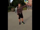 На улице в Петербурге парень зачитал рэп, рекламируя продуктовый магазин