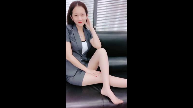 美腿「絲襪」小秘書又調皮了「黑絲」肉絲「網襪」賴在老闆辦公室秀美腿