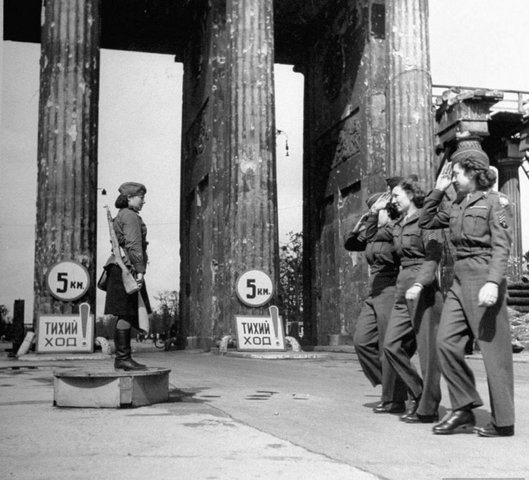 Союзницы отдают честь советской регулировщице у Брандернбургских ворот