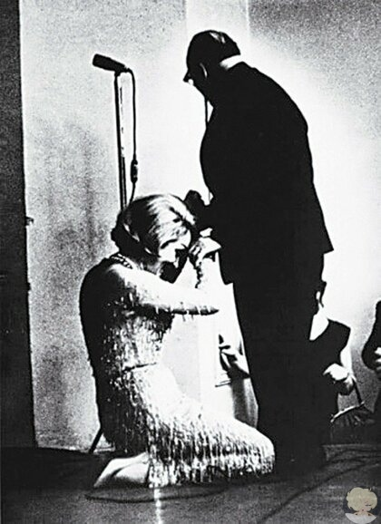 Марлен Дитрих поцеловала руку Константину Паустовскому