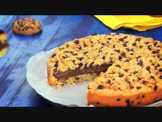 Накрываем форму пленкой а в тесто ставим пустую кастрюльку Вот как пекут красивые торты