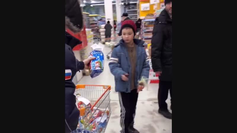 Улан удэнец раздал детям подарки в супермаркете