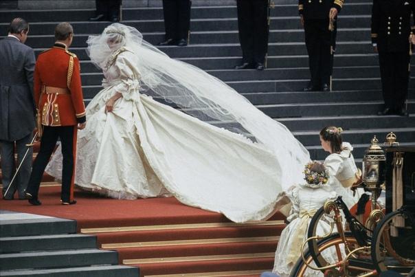 О них мечтали все: свадебные платья звезд, которые были проданы после торжества И обошлись покупателям очень дорогоЗа свадьбами знаменитостей всегда пристально следят миллионы людей по всему